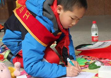 2013年3月23日上午和24日下午,由中华少先队红领巾小义工团策划开展的爱心义卖活动先后在北京市海淀区前展开。活动中,小义工们拿出自己平时积累的玩具、图书和手工作品参与到爱心义卖活动中。    两天的活动共有30余位小朋友报名参与,一些家长也特意赶到陪同孩子们开展义卖。在两天的义卖活动中,小义工们共义卖善款2500多元。这些款项将由中华少先队捐赠给北京桂馨慈善基金会的桂馨书屋项目,使用到桂馨基金会开展的桂馨书屋项目中,为乡村地区学校购买教学用具和图书