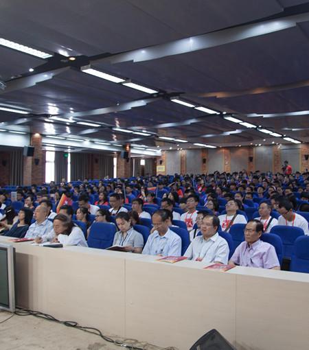 图1第五届全国中学生领导力展示会参赛学生挤老师