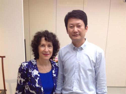 图左为凯瑟琳·伯杰·科女士;图右为商务印书馆太原分馆总编李智初先生