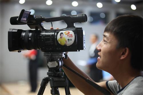 湖南卫视摄影师在中学生领导力大赛现场